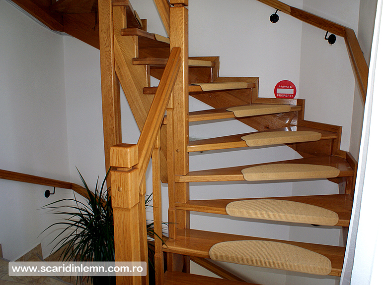 scara interioara din lemn masiv pe vanguri deschise