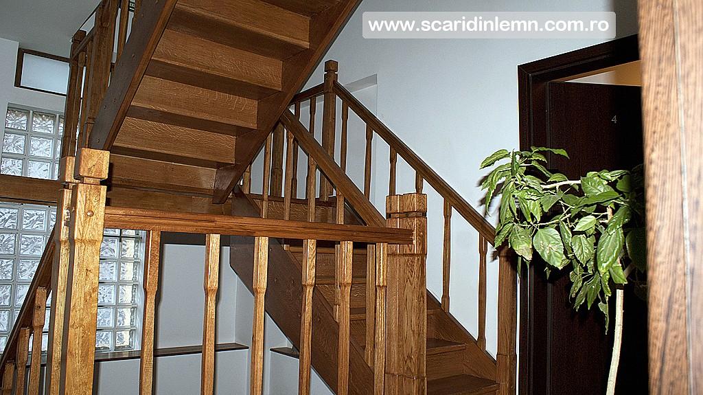 scara din lemn interioara cu balustrada si balustrii de lemn pe vanguri inchise pe casa scarii preturi design si proiectare scari